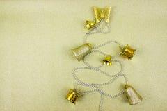 Arbre de Noël fait à partir des décorations d'or d'hiver sur le fond d'or avec l'espace vide de copie pour le texte créatine de v Photo libre de droits
