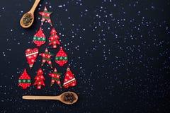 Arbre de Noël fait à partir des sucreries rouges et des cuillères en bois photos stock