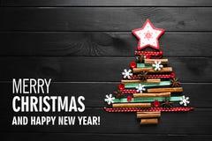 Arbre de Noël fait de cannelle, anis, rubans et boutons images stock