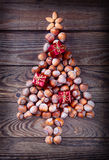Arbre de Noël fait de noisettes Image stock