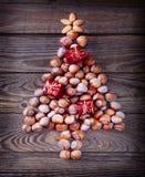 Arbre de Noël fait de noisettes Photo stock