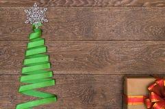 Arbre de Noël fait en ruban vert sur un fond en bois Photos libres de droits