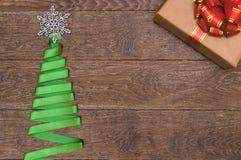 Arbre de Noël fait en ruban vert sur un fond en bois Images libres de droits