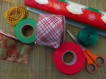 Arbre de Noël fait maison de DIY Matériaux pour le projet de métiers de Noël les décorations de copie de Noël orientent l'arbre r photographie stock