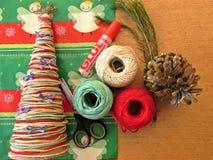 Arbre de Noël fait maison Outils et matériaux pour effectuer le travail de travail manuel pour Noël photographie stock