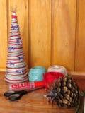 Arbre de Noël fait maison Outils et matériaux pour effectuer le travail de travail manuel pour Noël image stock