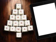 Arbre de Noël fait de touches et tablette d'ordinateur sur le fond en bois Image libre de droits