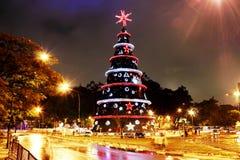 Arbre de Noël géant avec des lumières Image stock