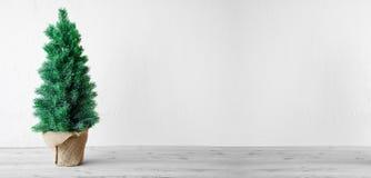 Arbre de Noël, Gray Cement Background, l'espace de copie photographie stock libre de droits