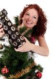 Arbre de Noël, jeune femme heureux Images stock