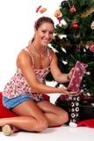 Arbre de Noël, jeune femme heureux Image stock