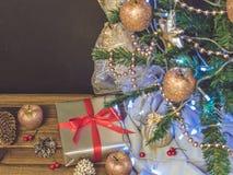 Arbre de Noël, jouets et cadeaux, l'espace libre Image stock