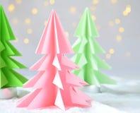 Arbre de Noël de l'origami 3D de papier sur les lumières blanches de fond et de bokeh CARTE DE JOYEUX NOËL ET DE NOUVELLE ANNÉE s photographie stock libre de droits