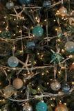 Arbre de Noël magnifique avec le thème de bord de la mer des étoiles de mer et d'autres babioles Photo libre de droits