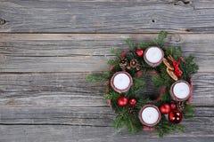 Arbre de Noël naturel de guirlande de Noël avec des bougies Photos stock