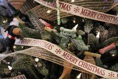 """Arbre de Noël orienté de chiot lunatique couvert de chiens, d'os, et de ruban qui souhaite à un un """"Joyeux Noël ` photographie stock"""