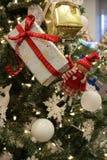 """Arbre de Noël orienté lunatique couvert de filles actuelles et petites enveloppées qui souhaite à une un """"Joyeux Noël ` photo libre de droits"""