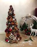 Arbre de Noël peu commun fait de matériaux naturels Image déprimée atmosphérique à l'atelier de vacances d'hiver photographie stock