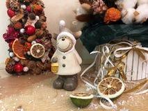 Arbre de Noël peu commun fait de matériaux naturels Image déprimée atmosphérique à l'atelier de vacances d'hiver photographie stock libre de droits