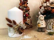 Arbre de Noël peu commun fait de matériaux naturels Image déprimée atmosphérique à l'atelier de vacances d'hiver photos libres de droits