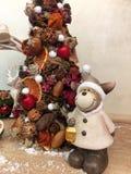 Arbre de Noël peu commun fait de matériaux naturels Image déprimée atmosphérique à l'atelier de vacances d'hiver photos stock