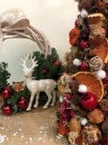 Arbre de Noël peu commun fait de matériaux naturels Image déprimée atmosphérique à l'atelier de vacances d'hiver image libre de droits