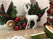 Arbre de Noël peu commun fait de matériaux naturels Image déprimée atmosphérique à l'atelier de vacances d'hiver images stock