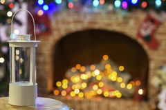 Arbre de Noël près de cheminée dans la chambre Photos libres de droits
