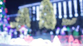 Arbre de Noël principal de ville avec les lumières et les guirlandes bleues la nuit boucle de Xmastree d'illumination La rue de l banque de vidéos