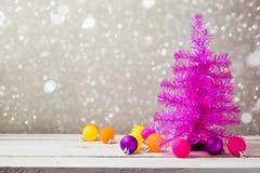Arbre de Noël rose avec des décorations sur la table en bois Images libres de droits