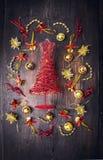 Arbre de Noël rouge avec des décorations de Noël d'or Images libres de droits