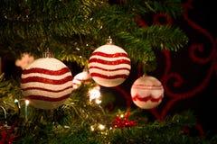 Arbre de Noël rouge et blanc avec des boules d'ornements Photographie stock