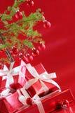 Arbre de Noël rouge, présents de rouge Photographie stock