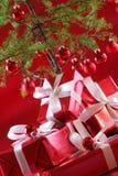 Arbre de Noël rouge, présents de rouge Images stock