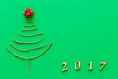 Arbre de Noël simple sur le vert - carte originale de nouvelle année Images stock
