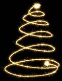 Arbre de Noël sous forme de spirale, faite par le cierge magique sur un bl photographie stock libre de droits
