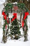 Arbre de Noël sous l'axe de jardin dans la neige photo stock