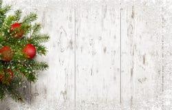 Arbre de Noël sur le bureau en bois blanc avec l'espace libre pour le texte de salutation Photographie stock libre de droits