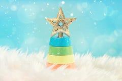 Arbre de Noël sur le fond blanc Carte de voeux de Joyeux Noël et de bonne année avec le copie-espace Images libres de droits