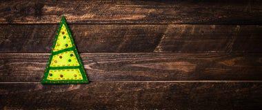 Arbre de Noël sur le fond en bois avec le copie-espace An neuf Image libre de droits