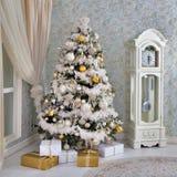 Arbre de Noël sur le ` de nouvelle année s Ève dans une salle blanche avec des cadeaux de Noël Photo stock