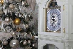 Arbre de Noël sur le ` de nouvelle année s Ève dans une salle blanche avec des cadeaux de Noël Photos stock