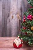 Arbre de Noël sur un fond en bois Photos stock