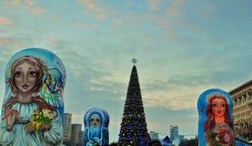 Arbre de Noël sur une place principale photos libres de droits