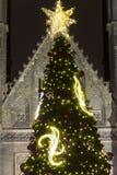2014 - Arbre de Noël traditionnel à la place de paix devant le saint Ludmila Church Images libres de droits