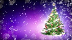 Arbre de Noël vert au-dessus de fond pourpre avec des flocons de neige et des boules rouges Images libres de droits
