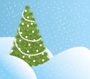 Arbre de Noël vert dans la neige Photographie stock libre de droits