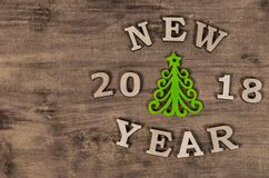 Arbre de Noël vert et année de signe nouvelle de lettre en bois Photos stock