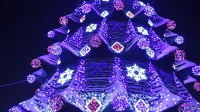 Arbre de No?l principal de ville avec les lumi?res et les guirlandes bleues la nuit boucle de Xmastree d'illumination La rue de l banque de vidéos