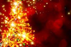 Arbre de Noël léger d'or abstrait sur le fond rouge Photo stock